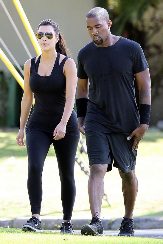 Kim_Kardashian_out_for_a_walk_in_Hawaii_081112_10